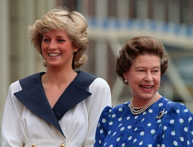 Na snímke z 4. augusta 1987 britská princezná Diana a britská kráľovná Alžbeta II. v Londýne.