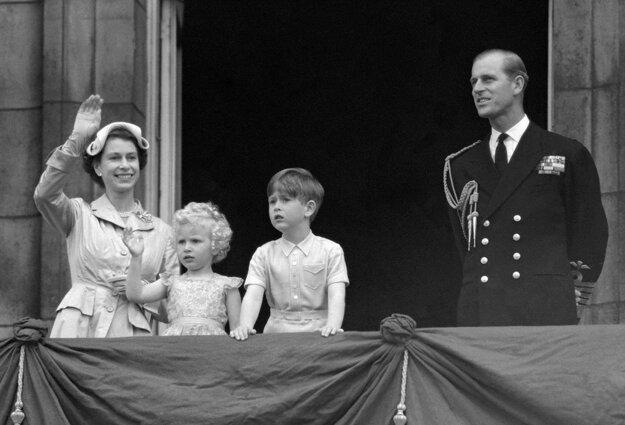 Na snímke z 15. mája 1954 britská kráľovná Alžbeta II. a princ Philip so svoji deťmi princom Charlesom a princeznou Annou mávajú z balkóna Buckinghamského paláca v Londýne.