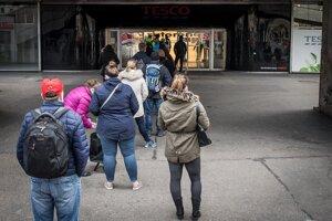 Nakupovanie v obchodoch sa pre povinné rozostupy zmenilo.