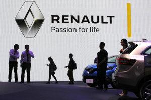 Návštevníci prechádzajú okolo stánku automobilky Renault počas veľtrhu v Šanghaji.