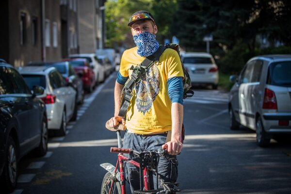 Je oveľa komfortnejšie jazdiť v takejto riedkej premávke, hovorí cyklokuriér Marek Skýva.