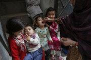 Pakistanská zdravotníčka podáva orálnu vakcínu dieťaťu v meste Lahor. Vláda v krajine spustila kampaň, ktorá má za cieľ vyhubiť ochorenie, ktoré môže spôsobiť trvalú paralýzu.