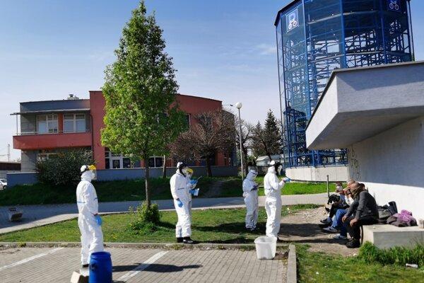 Testovanie bezdomovcov v Trnave.