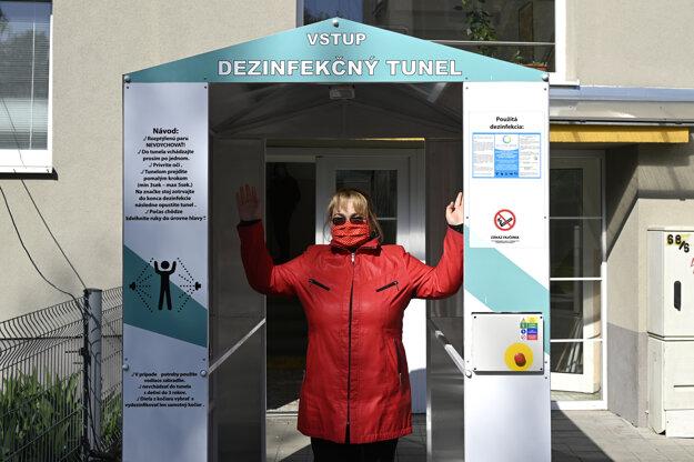 Riaditeľka domova sociálnych služieb Domov n.o. Petra Zubatá prechádza cez nový dezinfekčný tunel.