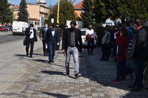 Prichádzajú zástupcovia Chemesu.