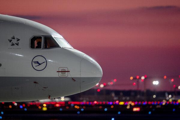 Airbus spoločnosti Lufthansa na letisku v nemeckom Frankfurte 20. apríla 2020.