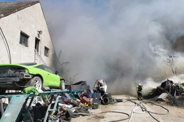 Likvidačné práce vykonávali profesionálni a dobrovoľní hasiči aj počas noci.