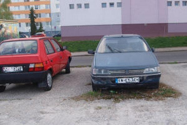 V Žiari je aj v súčasnosti starých áut, ktoré dlhodobo stoja na jednom mieste, viacero.