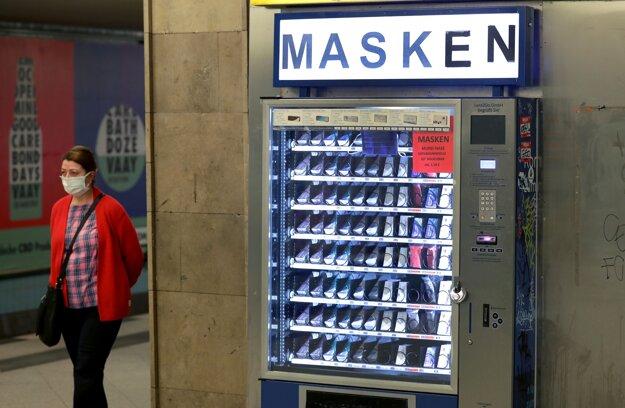 Koronavírus vo svete: Automat na prateľné ochranné rúška na stanici metra v Berlíne 27. apríla 2020.