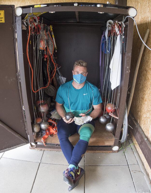 Kladivár Marcel Lomnický trénuje vo vlastnoručne vybudovanom domácom areáli počas pandémie koronavírusu v Pohraniciach.