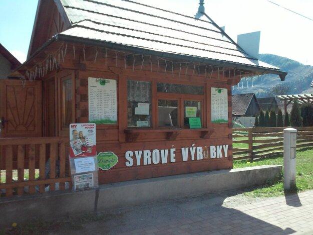 Stánok so syrovými výrobkami v Hubovej, kde si môžete kúpiť aj MY Liptovské noviny