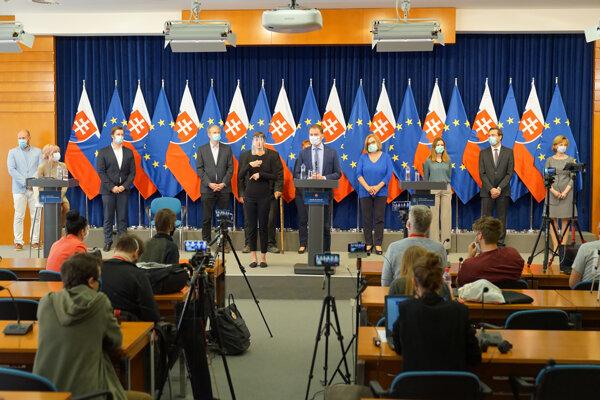 Igor Matovič (uprostred) počas brífingu po stretnutí predsedu vlády SR s radou epidemiológov s výzvou - Nepokazme si to.