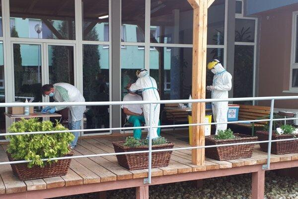 Odber biologického materiálu personálu DD a DSS Žiar nad Hronom pre vyšetrenie na nový koronavírus.
