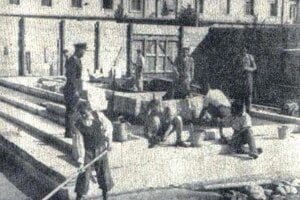 Fotografia z výstavby pomníka.