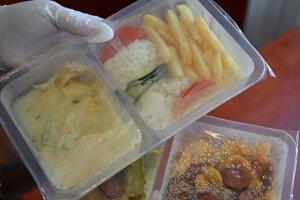 Provizórny výdaj balených obedov v súvislosti s opatreniami proti šíreniu koronavírusu v reštaurácii v Trebišove.