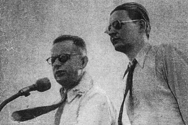 Rok 1945. Rozhlasoví reportéri Laufer aMašlonka pri práci počas zápasu ŠK Bratislava – Slavia Praha 1:3.