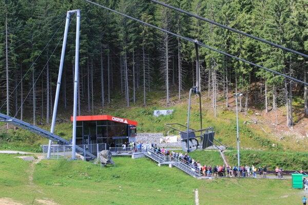 Návštevníci, ktorí sa vyvezú lanovkami, sa zdržiavajú najmä v okolí staníc.