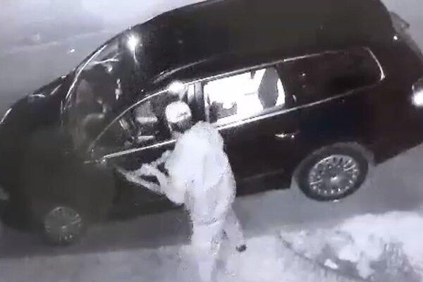 Na auto zaútočil krampáčom.
