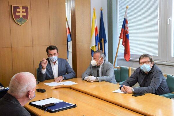 Na čele krízového štábu je Marcel Maťovčík, prednosta Okresného úradu v Martine.
