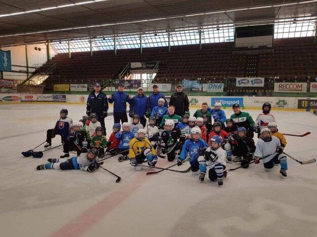 Novozámocká hokejová mlaď so svojimi trénermi