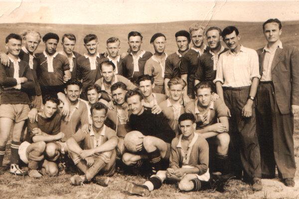 Najstaršia fotografia zhistórie bešianskeho futbalu, ktorá je z28. augusta 1949. Zobrazuje hráčov afunkcionárov TJ Sokol Beša (horný rad) aich zápasového súpera.