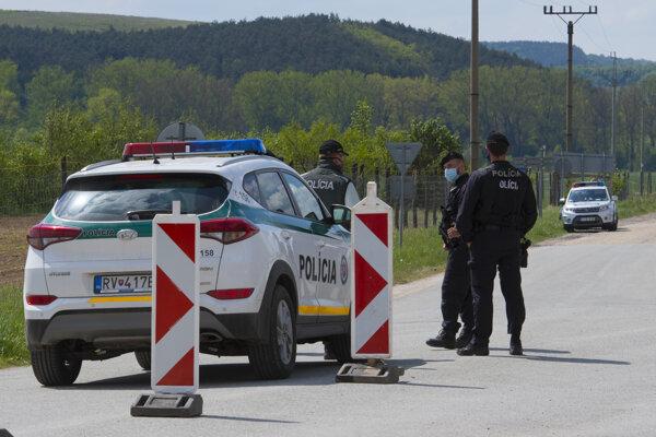 V popredí hliadka slovenskej polície, v pozadí maďarské kontrolné stanovište.