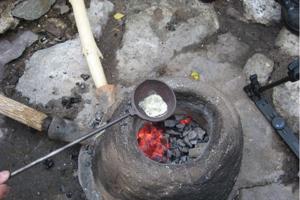 V peci kedysi robili ukážky tavby medi.