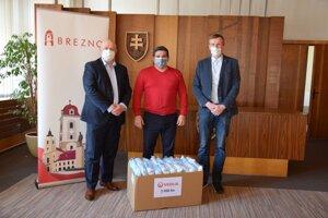 Primátorovi Brezna Tomášovi Abelovi (v strede) odovzdali ochranné rúška Benedikt Lavrinčík (vľavo) aJaromír Žák (vpravo).
