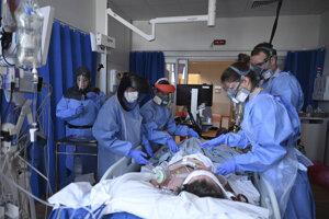 Zdravotníci na jednotke intenzívnej starostlivosti v nemocnici Royal Papworth v Cambridge.
