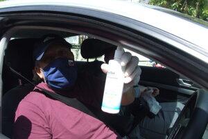 Jaro s dezinfekčným sprejom.