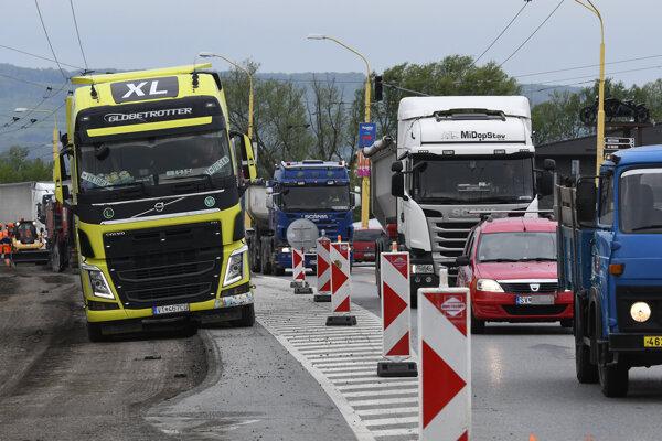 Práce pri dopravných obmedzeniach na Vranovskej ulici v Prešove majú za následok vytvárane kolón áut hlavne počas rannej dopravnej špičky pri príchode do Prešova.