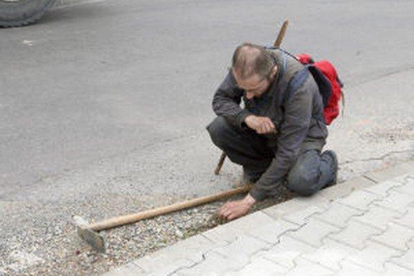 Dlhy obci by si v Trnavej Hore mohli miestni odpracovať.