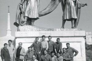 Akademickí sochári Miroslav Ksandr a Alfonz Groma (druhý a tretí zľava) s partiou robotníkov po úspešne dokončenej práci.