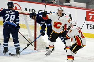 Adam Ružička (v strede) v drese Calgary Flames.