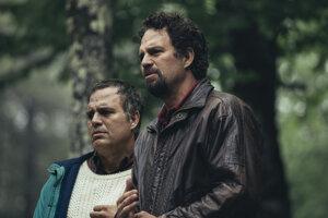 Herec Mark Ruffalo v dvojúlohe dvojičiek Thomasa (vľavo) a Dominicka (vpravo) v seriáli Bludné kruhy