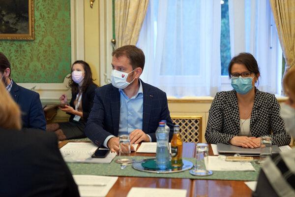 Premiér Igor Matovič na rokovaní s epidemiológmi.