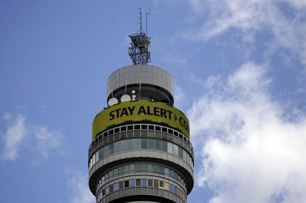 Londýnska telekomunikačná veža BT Tower vyzýva ľudí, aby zostali ostražití. Predtým vyzývala, aby ľudia zostali doma.