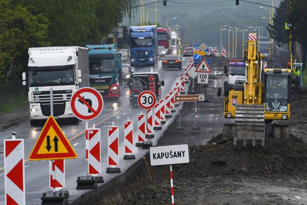 Situácia na ceste v obci Kapušany v uplynulých dňoch.
