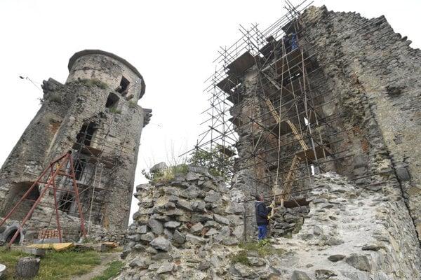 Obnova hradu Slanec.