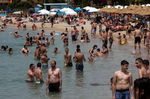 Na pláž v Alimose blízko Atén si aj napriek pandémii ochorenia COVID-19 našlo cestu veľké množstvo ľudí.