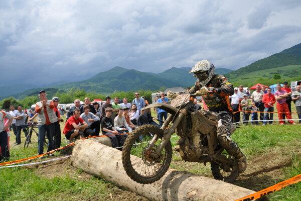 Terénne motorky patria na uzatvorené okruhy.