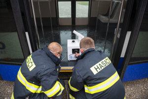 Hasiči pripravujú dezinfekciu letiskového autobusu na báze peroxidu vodíka na Letisku M. R. Štefánika v Bratislave.