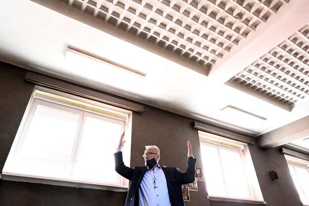 Stavebný dozor Milan Blaško ukazuje sklobetónové stropné tvárnice.