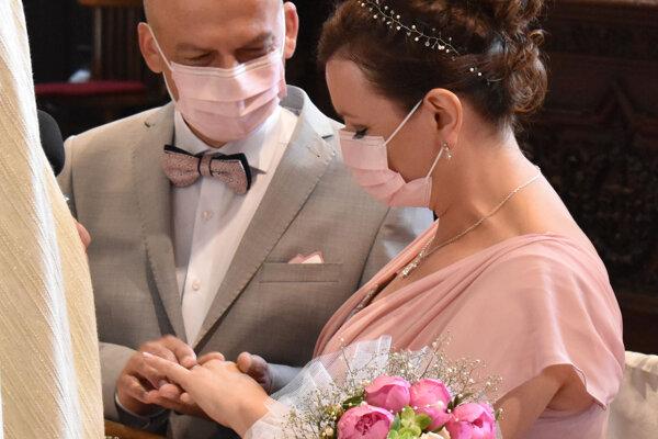 Dvojica sa rozhodla nesmútiť nad tým, čo sa na svadbe nedalo, ale užívať si to, čo im táto situácia priniesla.