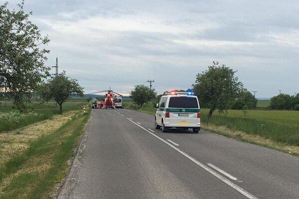 Leteckí záchranári pristáli priamo na ceste.