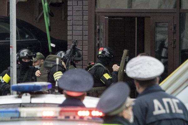 Polícia pred bankou Alfa.