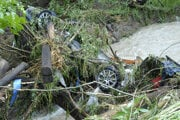 Škodu Octavia niesol silný prúd vody 200 metrov.