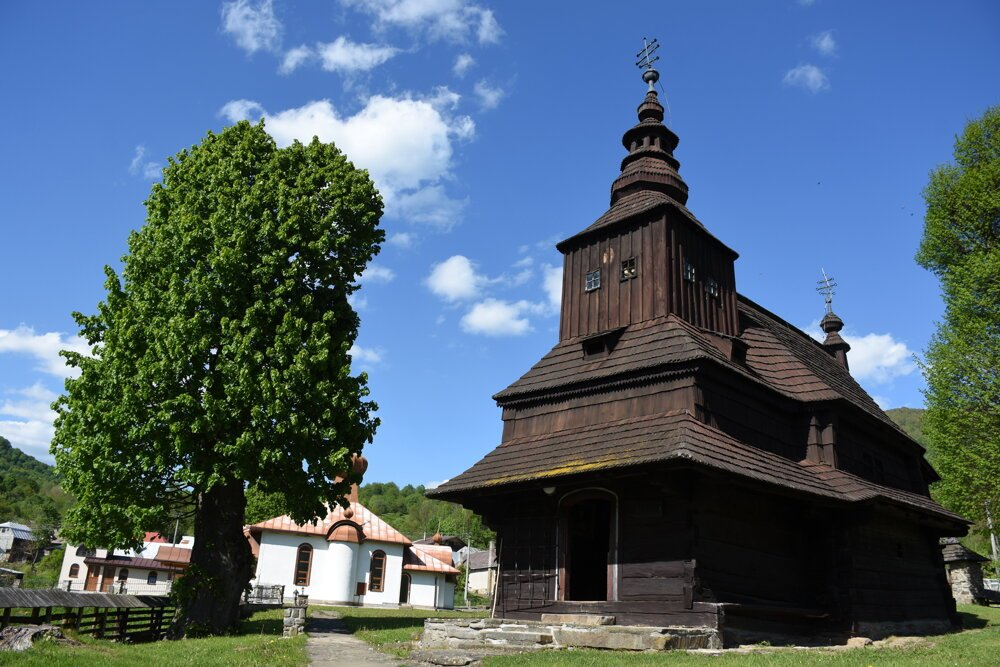 Drevený dvojvežový Chrám svätého Michala Archanjela z roku 1740.