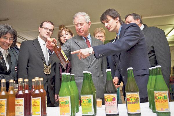 Radim Machů (vpravo) zasvätil do tajov výroby chýrneho hostětínskeho muštu aj princa Charlesa (uprostred).