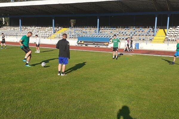 Futbalisti FKM počas tréningu dodržujú bezpečnostné opatrenia.